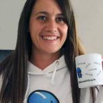Foto de Sara Tomás con una taza y sudadera de Smarty